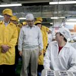 Tim Cook (links) bei einer Foxconn-Besichtigung